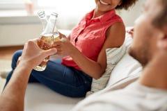 Amis heureux ou bière tintante de couples à la maison Photo libre de droits