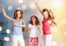 Amis heureux ou filles de l'adolescence ayant l'amusement à la maison Images stock