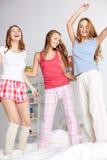Amis heureux ou filles de l'adolescence ayant l'amusement à la maison Photos stock