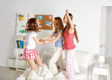Amis heureux ou filles de l'adolescence ayant l'amusement à la maison Images libres de droits