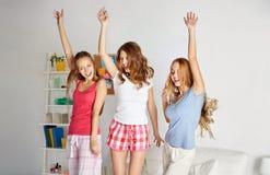 Amis heureux ou filles de l'adolescence ayant l'amusement à la maison Photo libre de droits