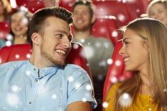 Amis heureux ou film de observation de couples dans le théâtre Photographie stock libre de droits