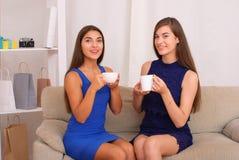 Amis heureux parlant, café potable et thé Photo libre de droits
