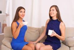 Amis heureux parlant, café potable et thé Images stock