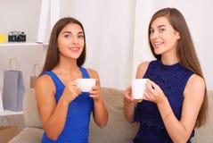 Amis heureux parlant, café potable et thé Photos stock