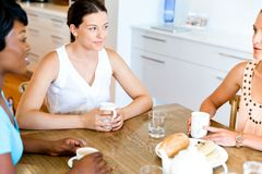 Amis heureux parlant et buvant du café et du thé Images libres de droits