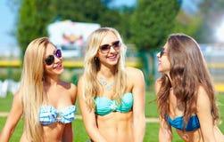 Amis heureux parlant sur la partie d'été Photographie stock libre de droits