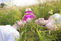 Amis heureux passant le temps gratuit ensemble dans a Photographie stock libre de droits