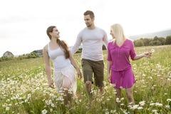 Amis heureux passant le temps gratuit ensemble dans a Photo stock