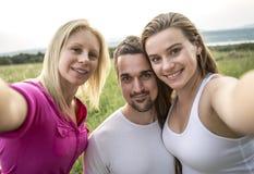 Amis heureux passant le temps gratuit ensemble dans a Image stock