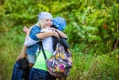 Amis pendant des vacances en parc Images libres de droits