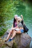 Amis pendant des vacances en parc Image libre de droits