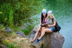 Amis pendant des vacances en parc Image stock