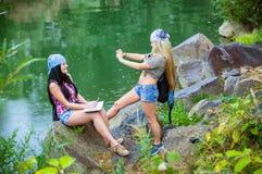 Amis pendant des vacances en parc Photos stock