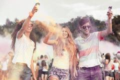 Amis heureux pendant le festival de couleur Image libre de droits