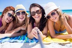 Amis heureux portant des lunettes du soleil et prenant le selfie Photographie stock libre de droits