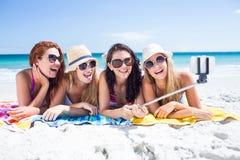 Amis heureux portant des lunettes du soleil et prenant le selfie Photo libre de droits