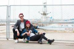 Amis heureux posant sur l'appareil-photo sur le fond de nature Photos libres de droits