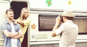 Amis heureux prenant des photos de l'un l'autre sur un voyage par la route voyage Images libres de droits