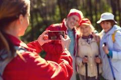 Amis heureux prenant des photos tout en augmentant Photos stock