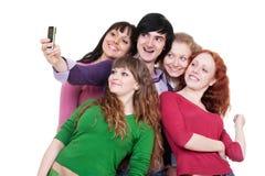Amis heureux prenant la photo au téléphone Image stock