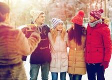 Amis heureux prenant la photo avec le smartphone Photos stock