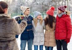 Amis heureux prenant la photo avec le smartphone Photographie stock