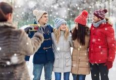 Amis heureux prenant la photo avec le smartphone Image libre de droits
