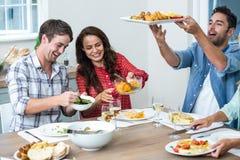 Amis heureux prenant le déjeuner Images libres de droits