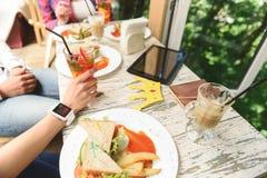 Amis heureux prenant le déjeuner en café Photo libre de droits