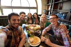 Amis heureux prenant le selfie à la barre ou au bar Photos libres de droits