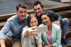 Amis heureux prenant le selfie Image libre de droits