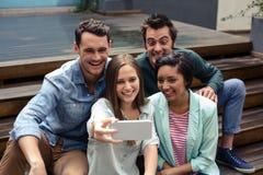 Amis heureux prenant le selfie Photo stock