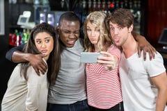 Amis heureux prenant le selfie Image stock