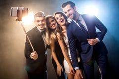 Amis heureux prenant le selfie Photographie stock libre de droits