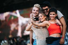 Amis heureux prenant le selfie au festival de musique Photo stock