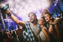 Amis heureux prenant le selfie au festival de musique Photos libres de droits