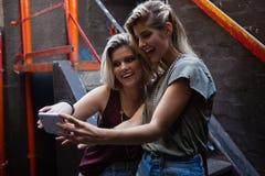 Amis heureux prenant le selfie au téléphone portable Photos stock