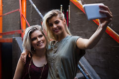Amis heureux prenant le selfie au téléphone portable Image libre de droits