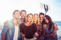 Amis heureux prenant le selfie avec le bâton de selfie Photos libres de droits