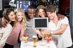 Amis heureux prenant le selfie avec le comprimé Images libres de droits