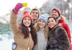 Amis heureux prenant le selfie avec le smartphone Photographie stock libre de droits