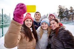 Amis heureux prenant le selfie avec le smartphone Photos stock
