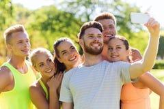 Amis heureux prenant le selfie avec le smartphone Image libre de droits