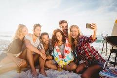 Amis heureux prenant le selfie avec le smartphone Images stock