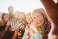 Amis heureux prenant le selfie avec le smartphone Images libres de droits