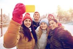Amis heureux prenant le selfie avec le smartphone Photo stock