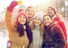 Amis heureux prenant le selfie avec le smartphone Image stock