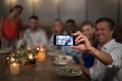 Amis heureux prenant le selfie avec le téléphone portable Photographie stock libre de droits