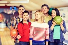 Amis heureux prenant le selfie dans le club de bowling Photographie stock libre de droits